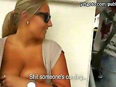 Kinky zorra parpadeando sus senos grandes y follada públicas