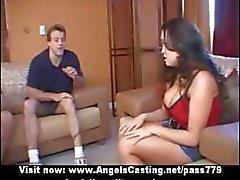 Amateur merveilleux femme brune meneur étudiante parlant avec de deux les gars