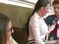 Brunette tiener april heeft seks met stiefmoeder