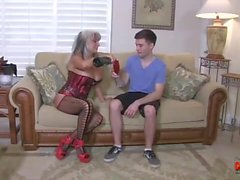 El Cougar caliente folla a un individuo joven