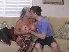 Hot Cougar fode uma jovem Guy