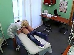 Het brunett tålamod få hennes fitta slickas av sjuksköterska