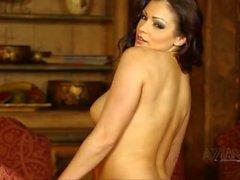 Belle brunette perfroms sexy striptease et expose de gros seins naturels