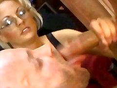 Naughty bisexual boss suuseksiä