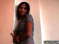 Delgada filipina de la prostituta hace una buena mamada sensual de