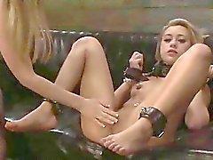 Adolescente abusada en Strapon BDSM
