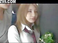 schoolmeisje geneukt door bus geek