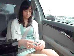Hete Aziatische babe spelen in een auto
