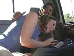 Impertinente bébé avec les cheveux bouclés n'a pipe Guy d'Afro dans le véhicule