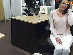 Peão homem mete as cliente sexy a esposa dentro de seu gabinete