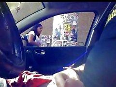 Indiase jongen toont pik in de auto