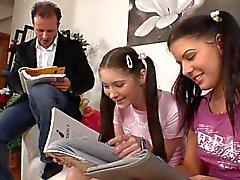 leraar en 2 vrouwelijke tiener studenten