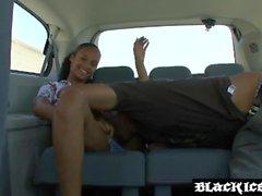 Slutty ebony obtient son visage mignon jizzed après le sexe de la voiture