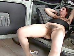 Echt Harige Vrouw Fucked op de Auto