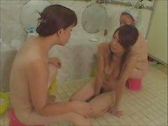 мамаша и молодая девушка в бане