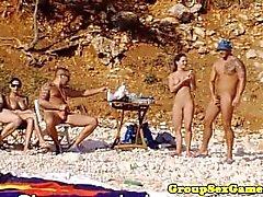 Playa amateur chicas en grupo montando gallo