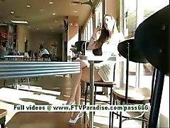 Monica schattige brunette vrouw openbare knipperen tieten en kut