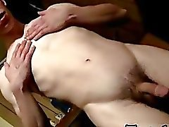 Twink video pissar och Cumming In The Garage