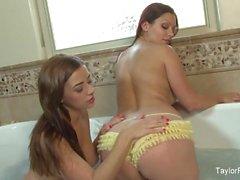busty esmer Taylor Vixen & Aria Giovanni ile banyo zamanı