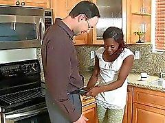 Sexy ebony tiener met vlechten geeft witte saussage een blowjob in de keuken