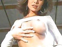 Bello di Crissy Moran nudo e lampeggiante tette prosperose e figa dentellare