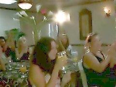 Качка стриптизерша всасывается CFNM пупсикки на вечеринке
