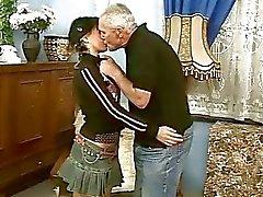 Leuke tiener meisje neuken met oude man