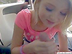 Маленькие груди блондинка подростков девушки Дакоте Скай горлом и анализируются
