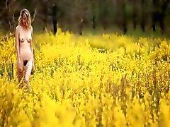 blond babe röra sig på fältet