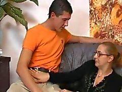 Granny In Meia arrastão toma um Big Boner !