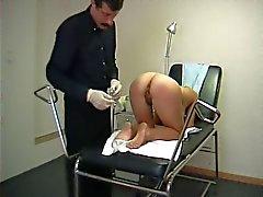 Tiener bezoekt een perverse gynaecoloog