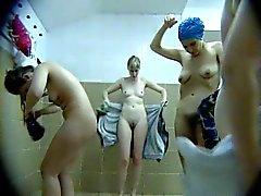 Meestal van middelbare leeftijd moeders naakt in de kleedkamer