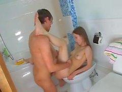 Sexo banheiro teeny