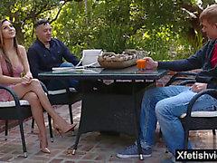 Trabajando con el pie pornstar atractiva con la eyaculación