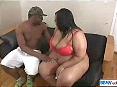 Grote zwarte BBW en magere zwarte dude met haar eten zijn pik