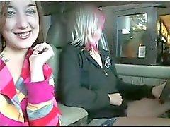 lesbiennes in de auto op parkeerplaats