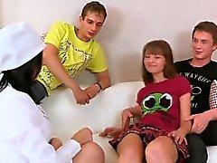 Amant aide avec hymen physique et baise de virgin teen