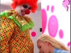 Sick & Twisted Clown obtiene mamada y folla a Girl inside Bubble