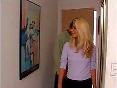 Blonda chick slår en stor kuk