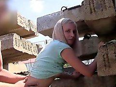 Sottile blondebangs Ceca di POV esterna pubblicamente