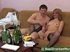 Pojke som dricker med sin mamma