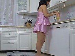 Zwangere hoer geneukt in de keuken