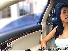 De Mia Hurley enclavado y la facialed en el backseat de de elevación libre