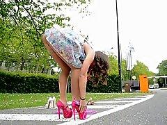 Tiener springtouw op hoge hakken UPSKIRT views