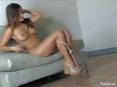 Modèle de glamour nue Andie Valentino montre tout cela