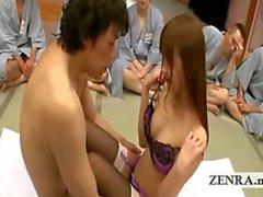 En grupp ogrish japanska män tittar fingersättning åtgärd