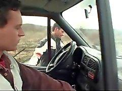três rapazes caralho num automóvel