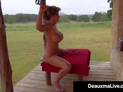 Procace Cougar Deauxma Oli Up & Esercizi Nuda sul suo portico!