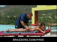 Indian Freundin Priya Rai hart gefickt von Pool