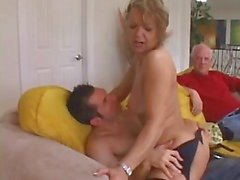 Cougar babe verleidt Young Stud